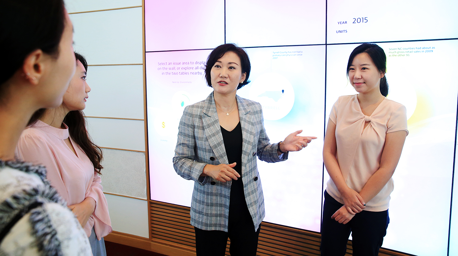 Dr. Jin converses with College of Textiles students
